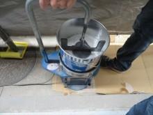 混合したボンドPSシール、2成分型ポリサルファイド系建築用シーリング材を攪拌する