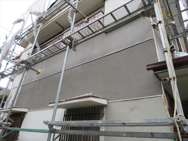 大きな過去の補修痕が残るモルタル外壁は一定範囲をモルタル左官することで外壁塗装後に出ないようひと手間加える