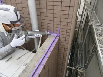 コーキング材の打設は適量を正確に打設しなければ仕上がりが汚れてしまう