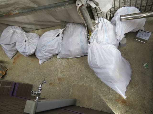 土嚢袋何袋にもなる撤去した古いコーキング材