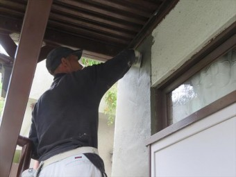 モルタル外壁左官作業は2日に分けて塗り厚をつけて行き、下地に完全に密着しながら強度のある壁面を作っていく