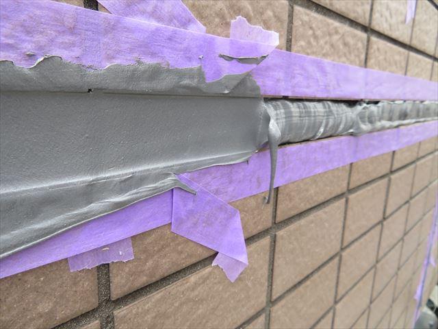 コーキング材充填作業がまずいとはみ出したりアイスクリームのひげのような仕上がりになる
