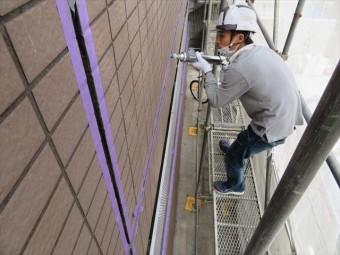 外壁干渉目地各部に打設されたコーキングが劣化しているので、撤去して新設します。増し打ちは効果がなく無駄な工事になります。