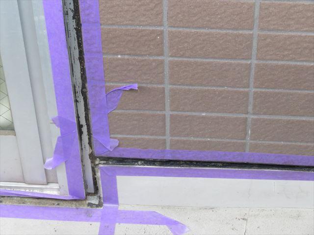 ベランダ床の立ち上がりとサッシ窓にはコーキング表面に防水塗料が載りやすいウレタン系シーリング材を使用する
