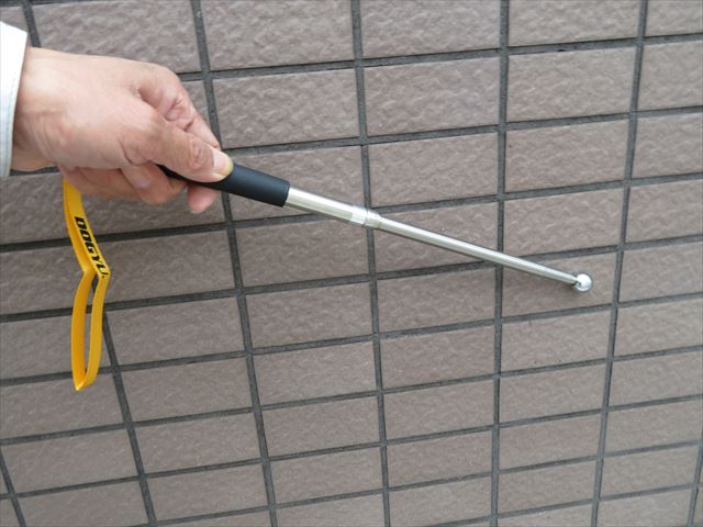 打音検査棒は伸縮式なので少々高い位置でも広範囲に鉄球をなぞらせてタイルの接着状態を検査することが出来る