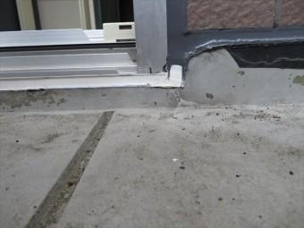 サッシの周囲はポリサルファイド系を使用し、塗装する部分にはポリウレタン系コーキング材を使います