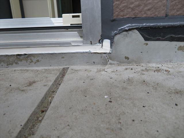 サッシ窓の上と左右はポリサル系コーキング、下端はウレタン系コーキングを使います
