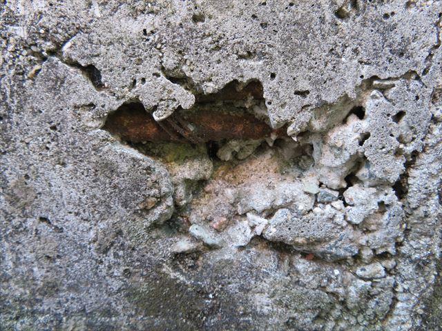 雨の侵入を許すと鉄筋コンクリートを破壊させます