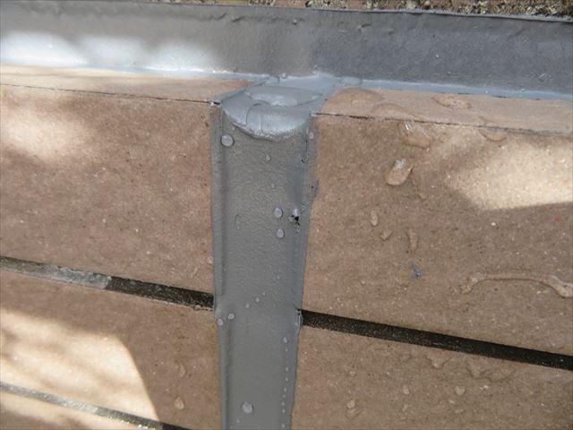 少雨で濡れる水滴程度の雨水は十分に弾き飛ばすポリサルファイド系コーキング材