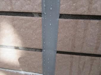 大雨や豪雨でなければ打設充填直後のポリサルファイド系コーキングは十分に雨水を弾き飛ばす