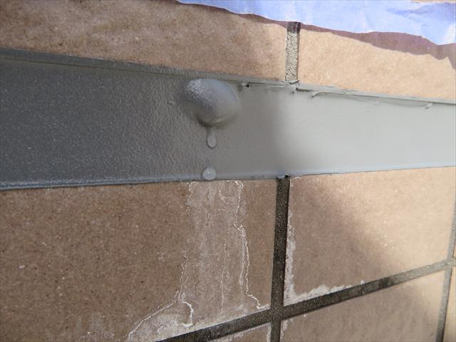 新設して間もないコーキング表面に気泡が出来る理由は、内部の水分による水圧または蒸発した気圧で生じることになる