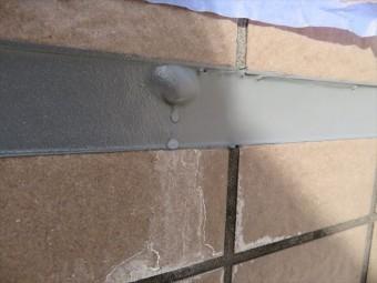 材料の撹拌時に入り込む空気がコーキング仕上げ表面に気泡を生じさせる