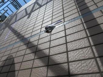 外壁干渉目地に打ったポリサルファイド系コーキング打設後すぐに水が出る異常状態は、外壁内部に相当雨水が入り込んでいることを示す