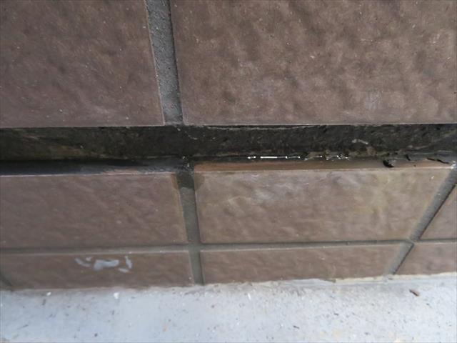 外壁タイル干渉目地から水分が出てくるのは、それより上の位置で外壁内部に雨水が侵入している事を示す