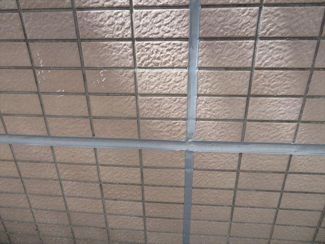 外壁タイルの干渉目地は横揺れの外部圧力を逃してタイルが破損することを避け、建物に使用されている建築資材を破損から守っている