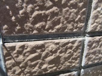 モルタルの外壁タイル目地は水を吸う特性があるので、タイルと外壁下地に雨水が侵入することは避けられないが、排水される構造であれば問題がない