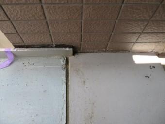 外壁タイル、鉄骨造階段、コンクリート土間の接合部分のコーキングが劣化していた事で階下に水が回っていた