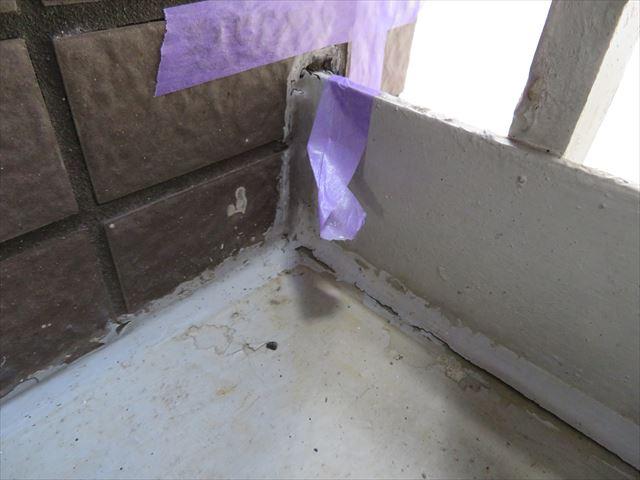 外から入ってきた雨水は廊下のコンクリート土間と外壁タイルの隙間から侵入していると疑われる箇所
