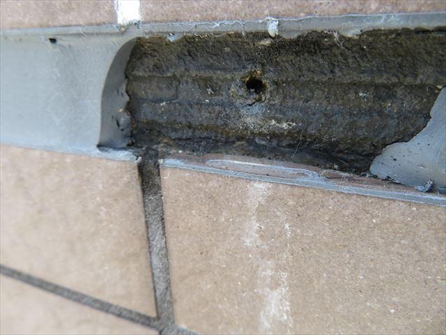 コーキングを切ると水が出て来る訳は外壁タイルから雨漏りしている証拠