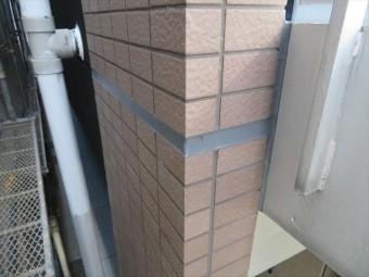 共用廊下支柱内部に雨水が入り込む場所を検証すると、タイル面と鉄骨階段の接合点のコーキングが劣化している事が判った