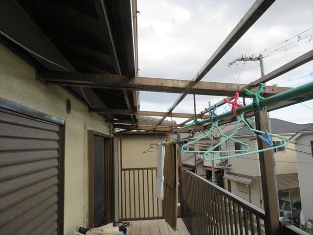 ベランダ屋根の被害に目を向けてみますが、アルミ製の支柱と桁や垂木に相当するフレームだけが残されている状態です。