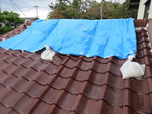 仕入れた瓦で復旧する期間の天候による影響を受けず雨漏りを回避するために、ブルーシートで棟からの浸水を防ぎます。 屋根全体を覆う必要はありません。被害を受けた棟だけを覆えば十分で、必要以上であれば、風による被害を受けやすいからです。