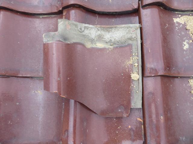 風圧で剥落した棟瓦(冠瓦)は、大きく舞い上がって地瓦の上に落下したと思われ、直撃を受けた地瓦2枚が割損していました。