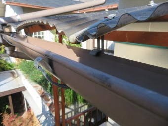 南側2階ベランダ屋根の波板は台風21号の強風圧を受けて大きく変形してしまった
