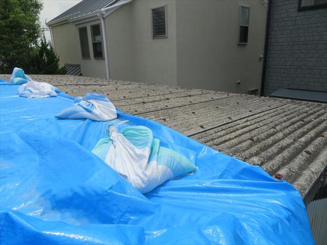 高槻市の屋根工事でスレート屋根材も検討した。工場や倉庫などではよく採用されますが、一般家屋の大屋根には向いていない屋根材です。