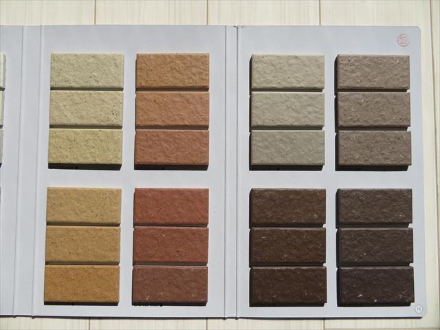 名古屋モザイク工業以外のメーカーのモザイクタイルは、同じように色調が異なることをカタログが示していた