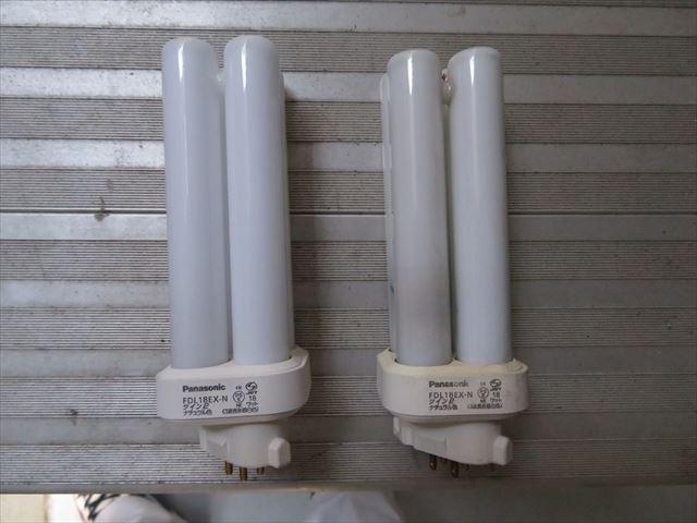 新品と切れた電球を比較すると管球内部の黒ずみが現れています