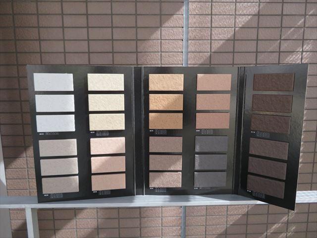 タイル見本帳を現場に持参し、外壁タイルと照合をして、最も近い風合い、色調の物を検証するときは、場所を変えて何箇所かで確認する