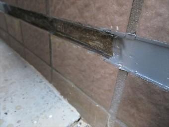 内壁の外壁タイル下部の干渉目地を切ると水が湧き出てきた理由は、外壁タイルと違って浸水する理由が難しい