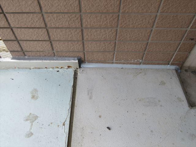 今まで隙間があった廊下のコンクリート土間と外壁タイルの継ぎ目にコーキングを新設した