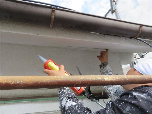 微弾性フィラーで消えないモルタル外壁のクラックは変成シリコンかウレタン成分のコーキング材を擦り込んで埋める