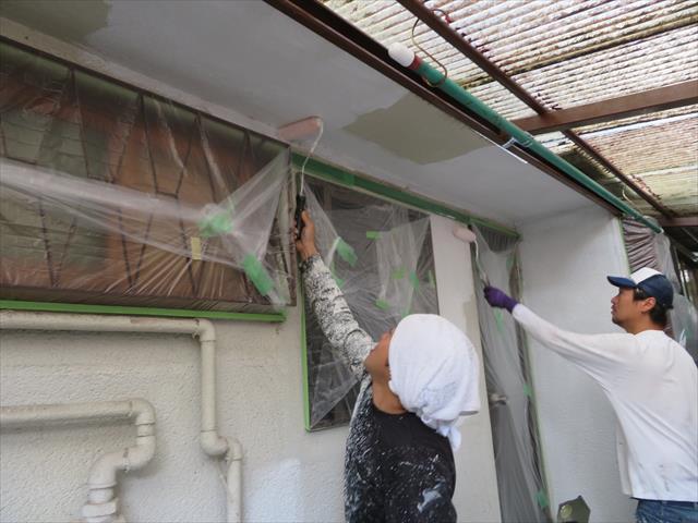 モルタル外壁の微細なクラックは微弾性フィラーの塗装による擦り込みで十分に埋めてなくなります