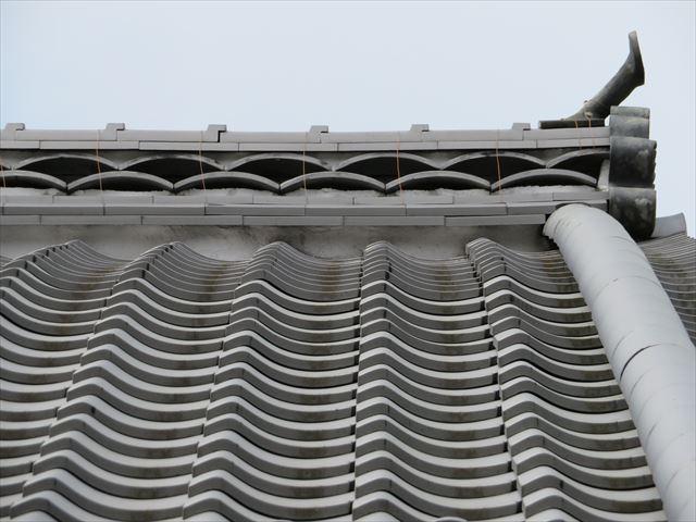 燻し瓦で葺かれた箕の甲屋根