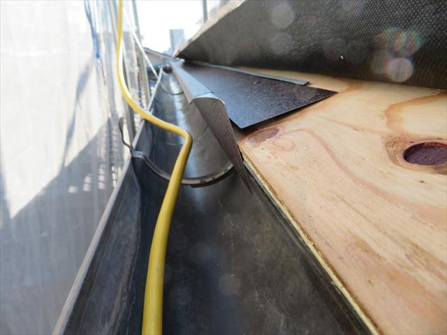 野地板の先端よりもルーフィングシートを少し張り出しますが、雨水が毛細管現象で伝い流れる可能性が残ります。 そこで軒先に雨水が伝い流れた時に、それを切り払う「唐草」と言う板金が仕込まれます。