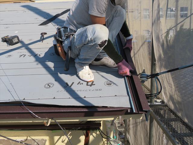 軒先を唐草で水切りするように、ケラバにも屋根材に応じた水切り板金を設置する
