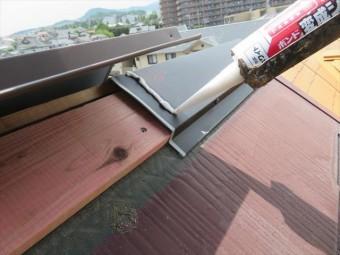 棟包み板金のシールに変成シリコンコーキングを使うのは、棟包み板金を特別色に塗装するからです