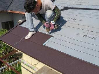 およそほとんどの屋根材ビスや釘で固定されます。しかしビスや釘を打つ場所は、次に葺き進められる屋根材に隠れてしまい