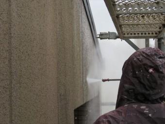 高圧洗浄水は足場のメッシュシートをすり抜けて近隣にも飛沫が飛散する