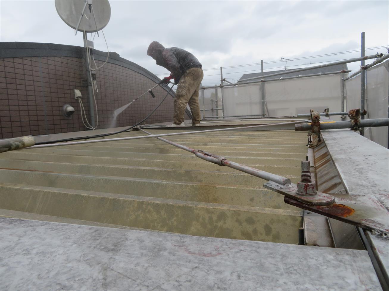 宝塚市マンションの大規模修繕工事では外壁塗装工事前に高圧洗浄工程を経ます
