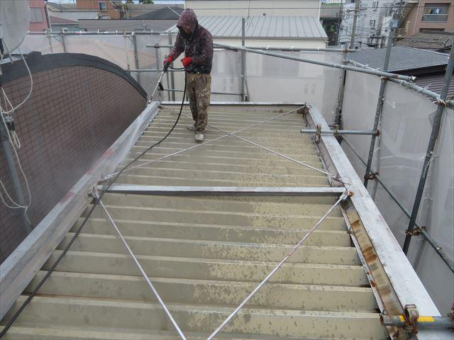 折板屋根の上を高圧洗浄して汚水が噴出したことで、軒樋の中に雨水が滞留している事が判った