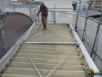 階段鉄骨頂上の大屋根も高圧洗浄作業をして塗装の塗膜が強力になる下地処理をする