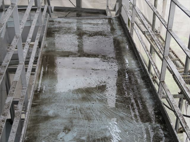 折板屋根の下部に設置されている軒樋内部を高圧洗浄すると汚泥水があふれかえった