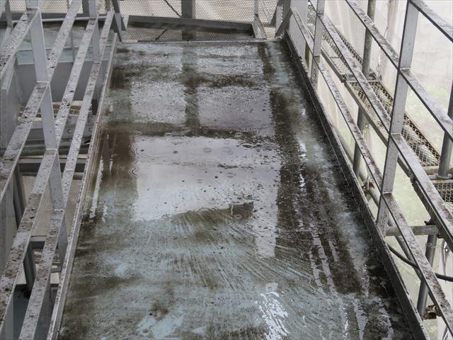 折板屋根の階段鉄骨の雨どいは内設置構造になっていて高圧洗浄をすると汚泥があふれ出た