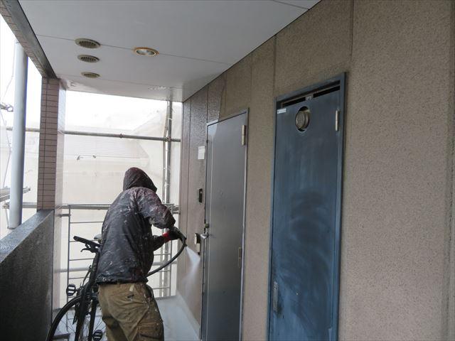 共用廊下ALC壁面の汚れを落とす高圧洗浄作業