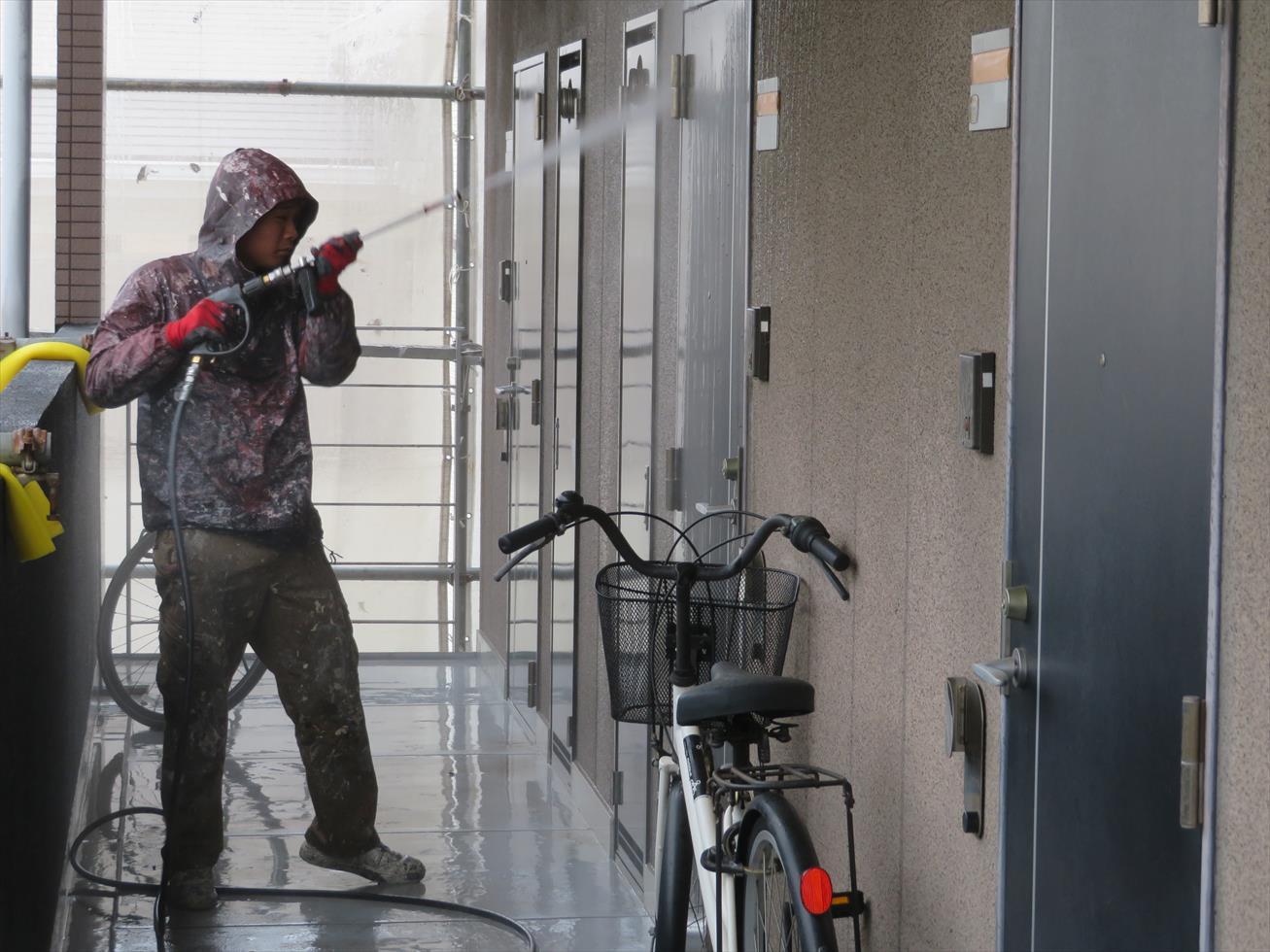 宝塚市のマンションでは外壁本体だけでなく鉄部、樹脂部、木部など塗装対象はすべて高圧洗浄する