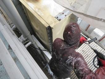FRP製の給水タンクは紫外線劣化を受けて割損するリスクを下げるために塗装の下地処理を高圧洗浄でする